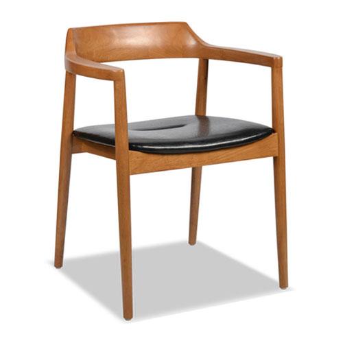 Chọn bàn ghế gỗ có tựa lưng tay vịn