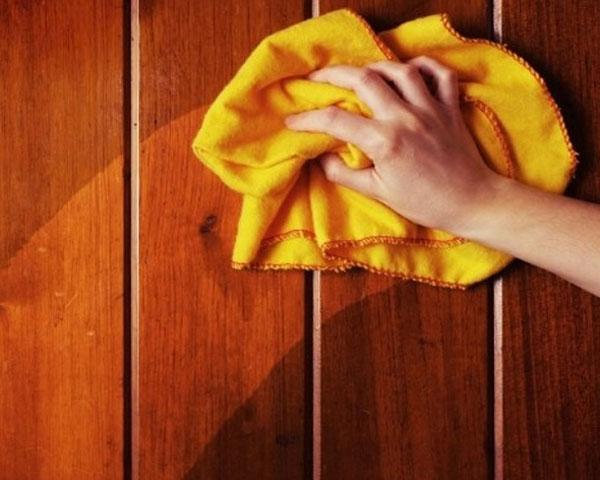 Lau chùi đồ gỗ thường xuyên bằng khăn mềm