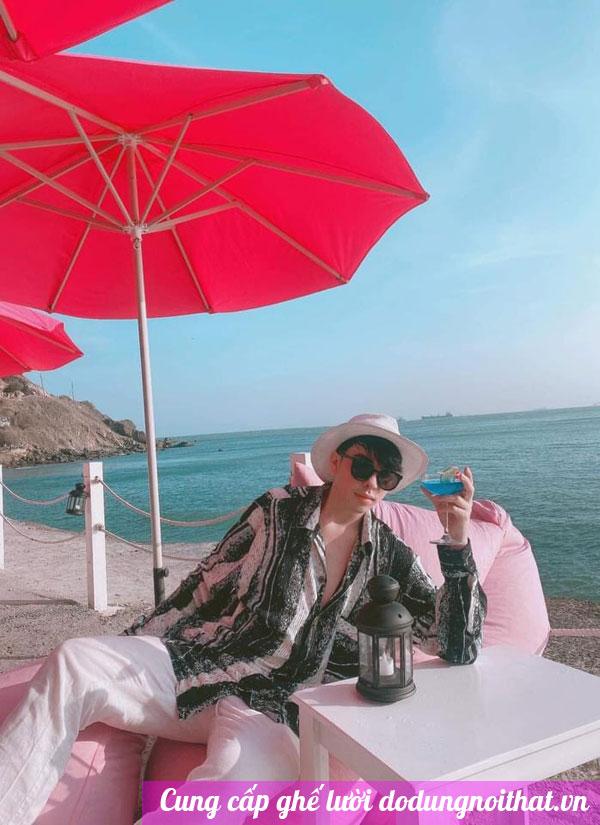 giao hàng ghế lười màu hồng bãi biển