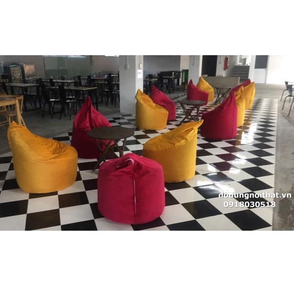 khách mua ghế lười hạt xốp trang trí quán cafe