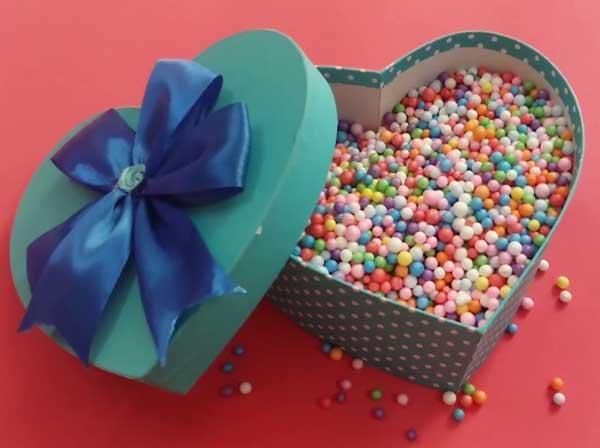Hộp quà hình trái tim chứa hạt xốp